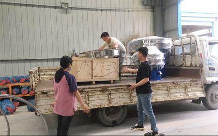 江苏客户订购的不锈钢旋振筛装车发货