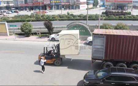 巨宝机电振动筛集装箱装车发货准备