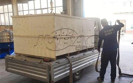 东南亚客户订购的面粉除杂筛装车准备出口