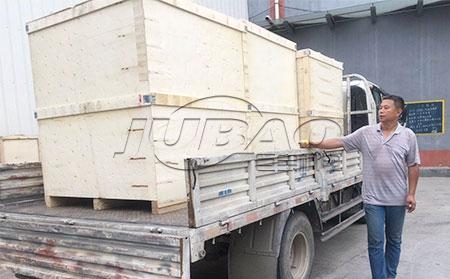 深圳客户订购的外贸振动筛装箱发货现场