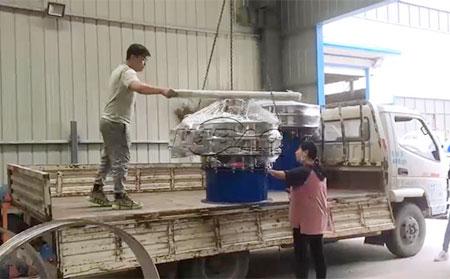 山东临沂香菇粉单层振动筛车间发货现场